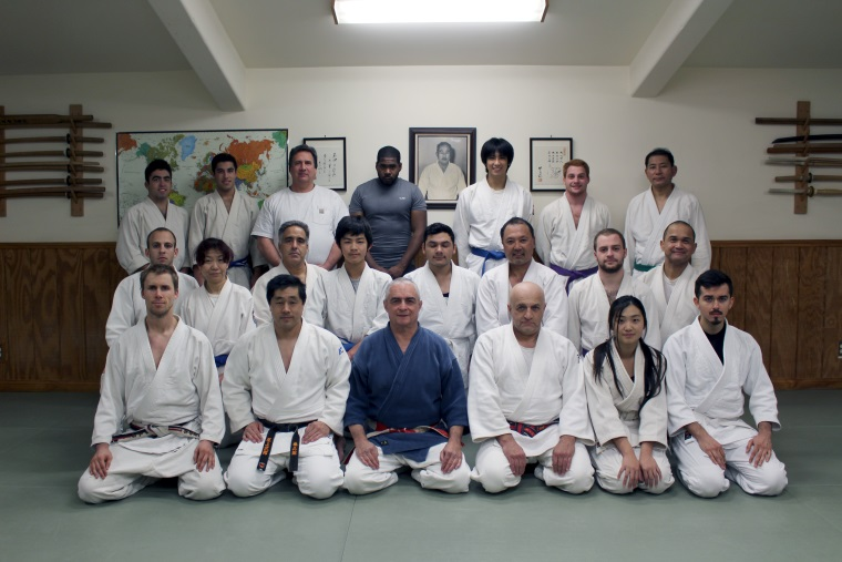 Photo de groupe de Senseï et ses étudiants au dojo de Torrance, Californie